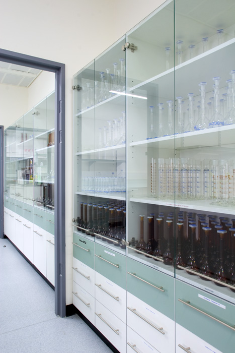 ארון שקוף לאחסון ציוד למעבדה
