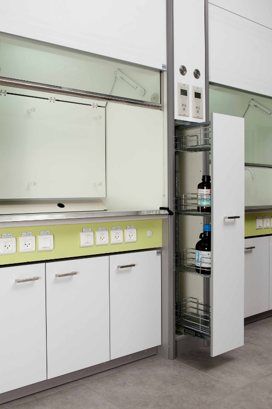 ארון אחסון למעבדה בין מנדפים