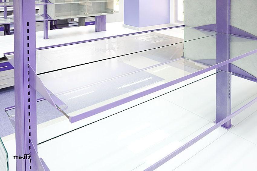 מדפי זכוכית בעמדה מרכזית