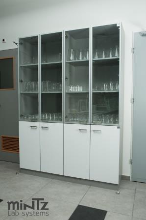 ארון אחסון בשילוב דלתות זכוכית
