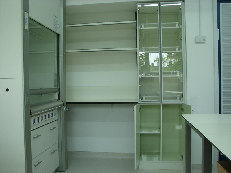 מנדף כימי וארונות מעבדה עם עמדת עבודה צמודה